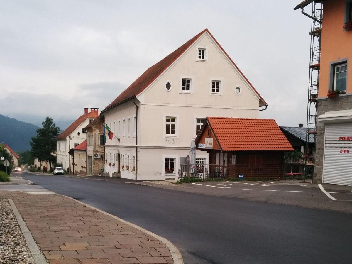 http://shramba.lovrenc.net/anzej/klepet/asfalt.jpg